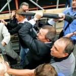 народний депутат побив парасолькою автобус міліції