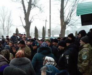 На Тернопільщині біля церкви виник масовий конфлікт. ВІДЕО 31ade40aca56c
